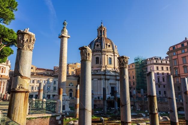 Forum trajana, kolumna i bazylika ulpia, rzym, włochy.