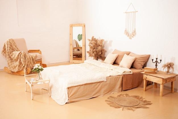 Fotel bujany w kratę, lustro w drewnianej ramie