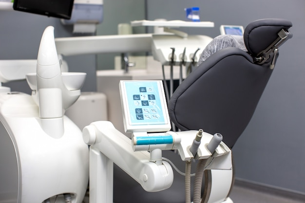 Fotel dentystyczny z narzędziami medycznymi