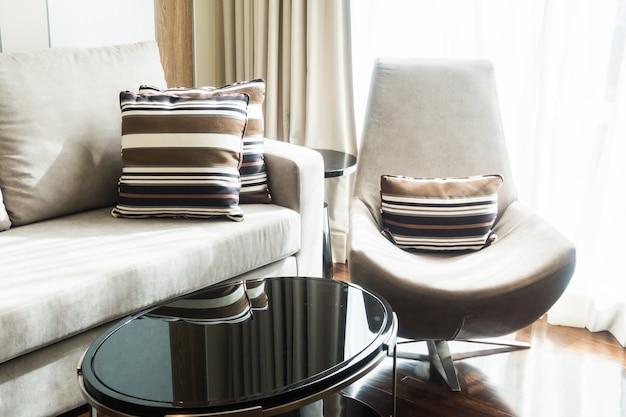 Fotel i kanapa z poduszkami