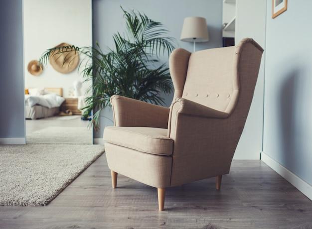 Fotel na drewnianej podłodze