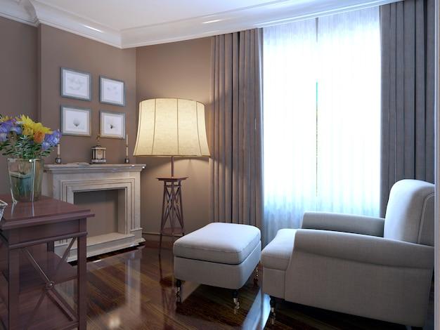 Fotel przy kominku zaprojektowany w stylu prowansalskim z lśniącym parkietem i marmurową okładziną kominkową oraz dużą lampą podłogową i ścianą w kolorze ciemnego beżu.