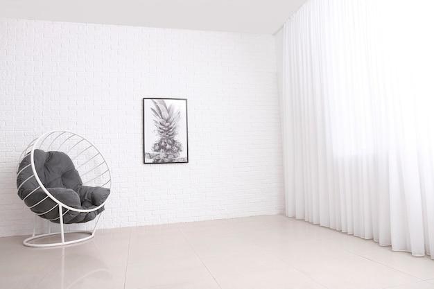 Fotel przy ścianie z białej cegły w pokoju