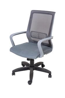 Fotel szary tkaniny biurowe na kołach na białym tle, widok z boku. nowoczesne meble, wnętrza, projektowanie domu