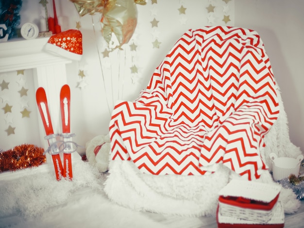Fotel udekorowany na świąteczny wieczór w salonie.zdjęcie z miejscem na kopię