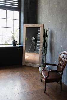 Fotel z lustrem vintage we wnętrzu w stylu loft