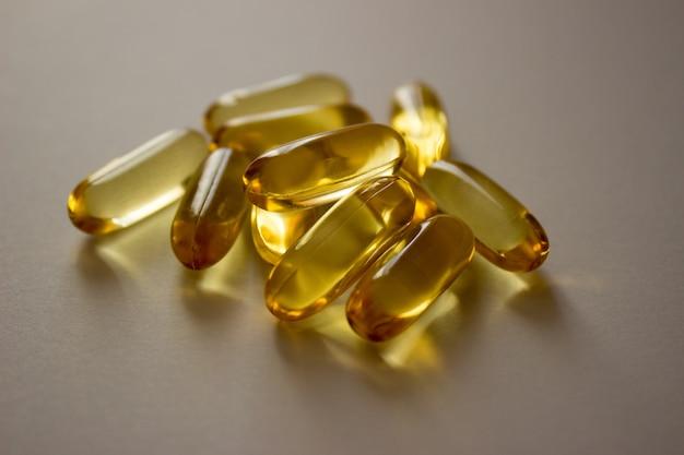 Foto pigułki kapsułki z olejem rybim omega witaminy leczenie wirusów covid farmaceutyki