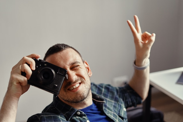 Fotograf bierze obrazek podczas gdy patrzejący kamera