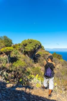 Fotograf fotografujący na szlaku las tricias w miejscowości garafia na północy wyspy la palma na wyspach kanaryjskich