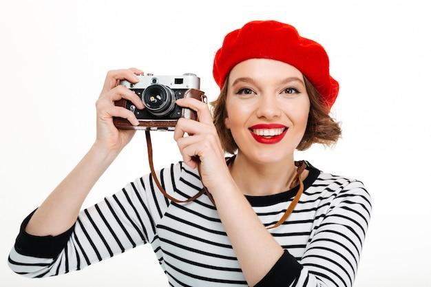 Fotograf kobieta odizolowywająca nad bielem
