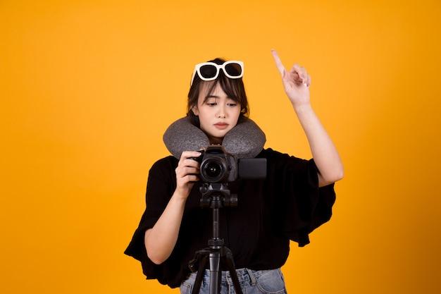 Fotograf kobieta używa kamerę