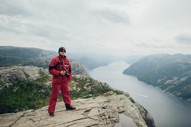 Fotograf lub podróżnik korzystający z profesjonalnego aparatu dslr w naturze