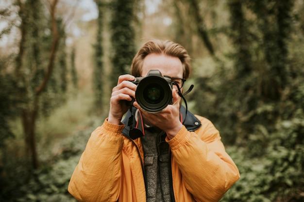Fotograf mężczyzna robi zdjęcie na zewnątrz podróży