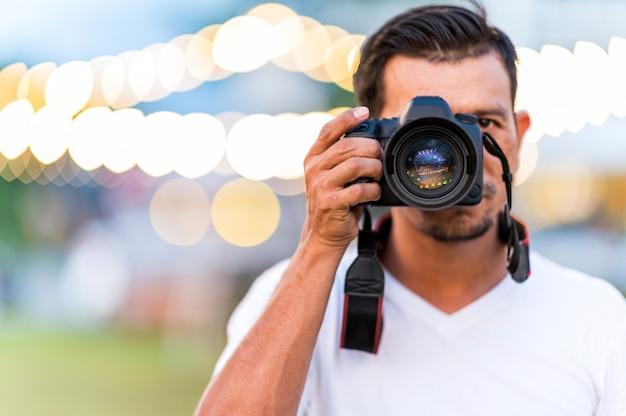 Fotograf mężczyzna wskazujący na aparat