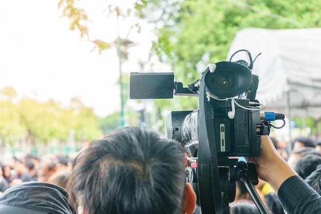 Fotograf nagrywa wideo aktywność wewnątrz wydarzenia