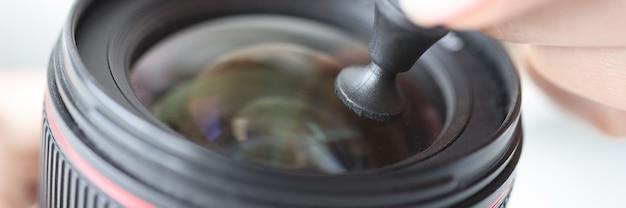 Fotograf obsługuje obiektyw w obiektywie aparatu z ołówkiem do czyszczenia