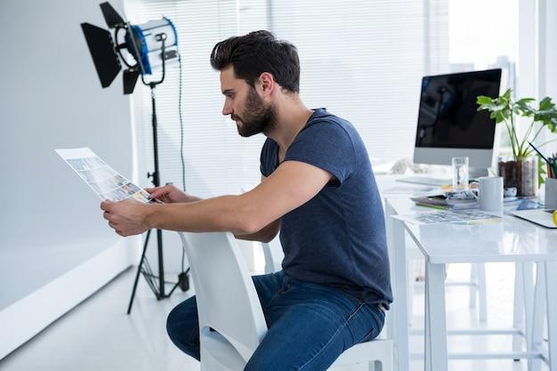 Fotograf oglądający zdjęcia
