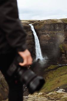 Fotograf przy wodospadzie haifoss, islandia