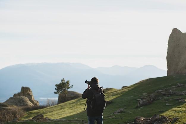 Fotograf przyrody robiący zdjęcia w górach
