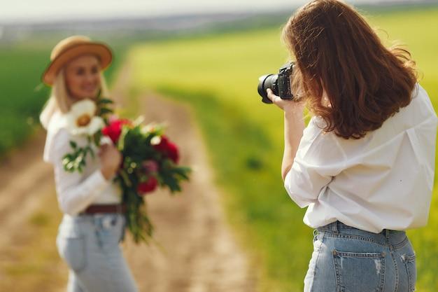 Fotograf robi sesję zdjęciową dla kobiety
