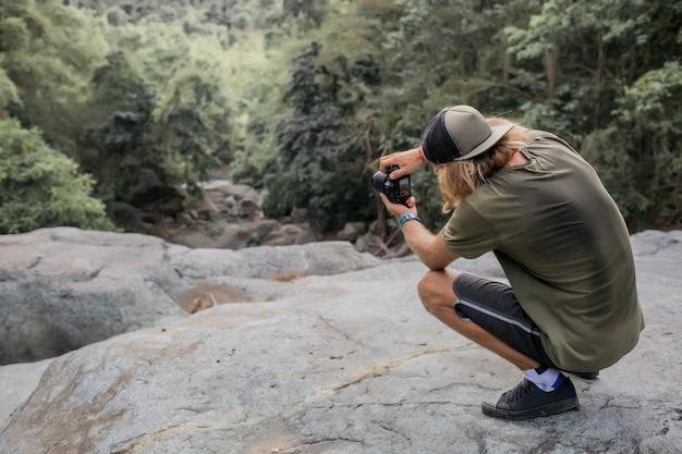 Fotograf robi zdjęcia lasu