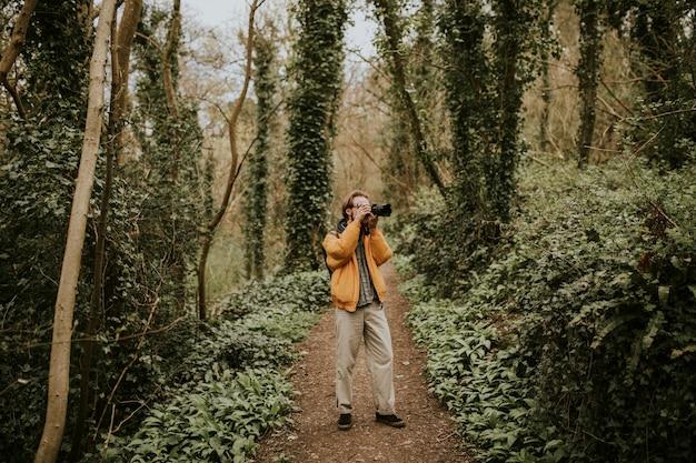 Fotograf robi zdjęcia w lesie na świeżym powietrzu