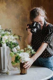 Fotograf robi zdjęcie bukietu