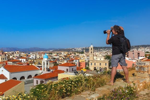 Fotograf robi zdjęcie chanii, kreta, grecja