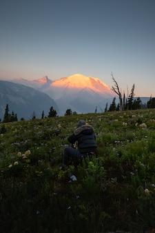 Fotograf robienia zdjęć mount rainier i polne kwiaty w waszyngtonie