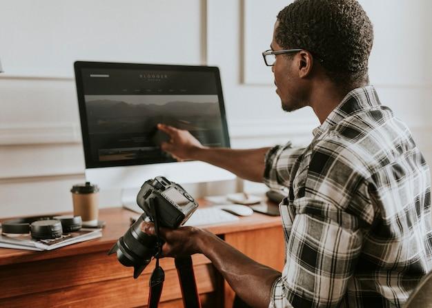 Fotograf sprawdzający zdjęcie na komputerze