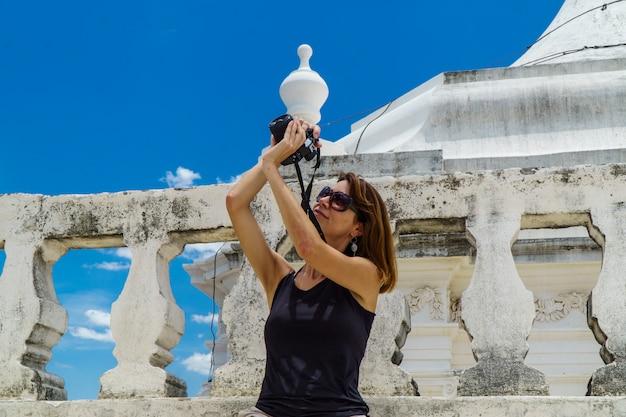 Fotograf turystyczny na dachu katedry w leon w nikaragui