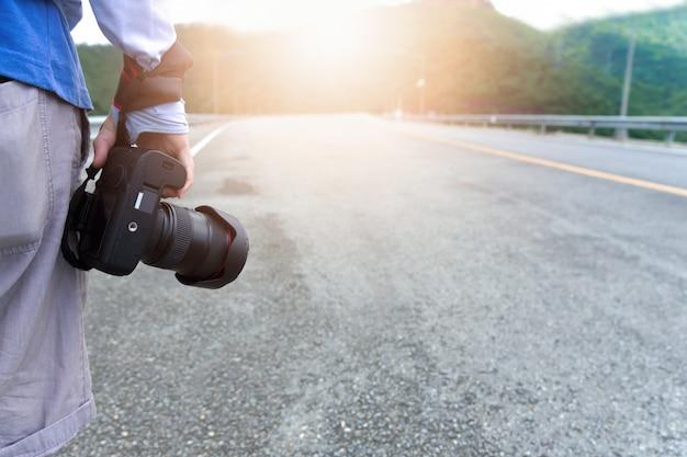 Fotograf uliczny na wycieczce samochodowej. koncepcja profesjonalistów i podróżników
