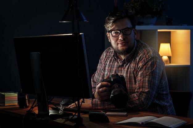 Fotograf w swoim miejscu pracy