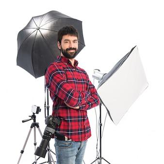 Fotograf w swoim studio z jego broni skrzyżowane