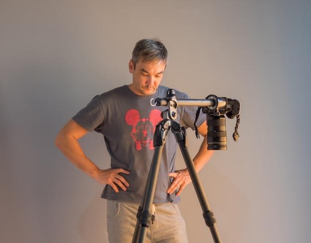 Fotograf w trakcie pracy w studio. niezamierzona fotografia