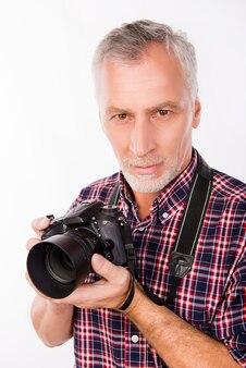 Fotograf w wieku z aparatem