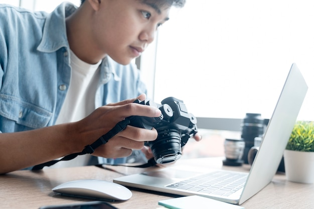 Fotograf wybiera obraz z aparatu cyfrowego do edycji.