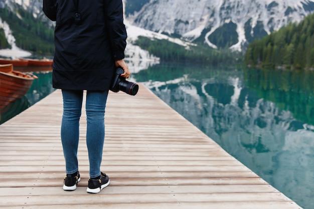 Fotograf z aparatem na piękny krajobraz