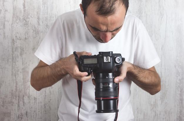 Fotograf z aparatem.