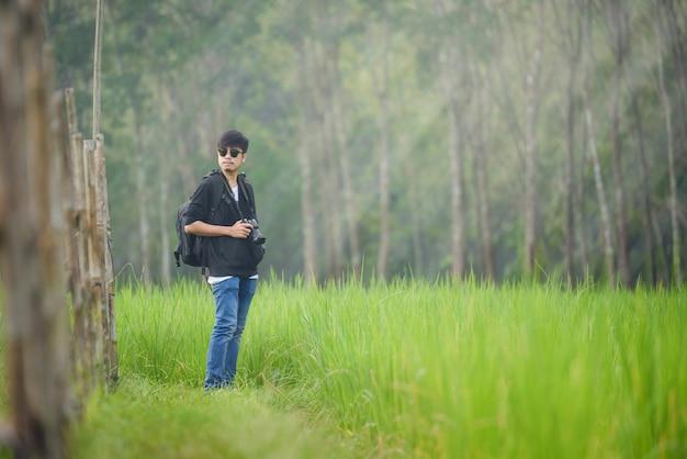 Fotograf z kamerą przy rice polami na tarasowym tajlandia krajobrazie, podróż stylu życia hobby pojęcia przygody aktywne wakacje plenerowi