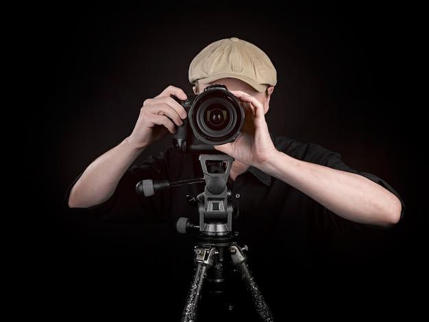 Fotograf z ładnym aparatem