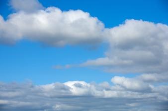 Fotografia biel chmury i niebieskie niebo