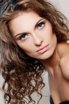 Fotografia brunetki dziewczyna z naturalnym uzupełniał