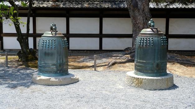 Fotografia do wiszących dzwonów zamku nijo w kiotojaponia relikty kultury japońskiej historii