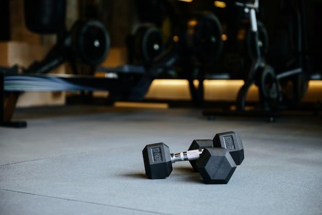 Fotografia dumbbells w gym