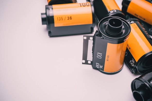 Fotografia film w ładownicie odizolowywającej na białym tle.
