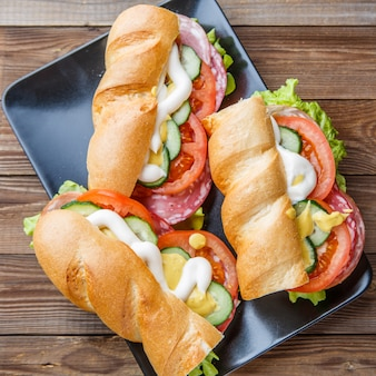 Fotografia kanapek z kiełbasą