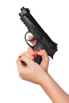 Fotografia kobiety ręki mienia rewolwerowy pistolecik odizolowywający