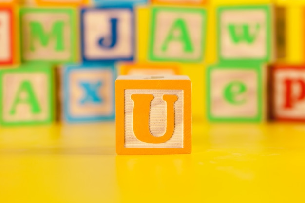 Fotografia kolorowa drewniana blokowa litera u