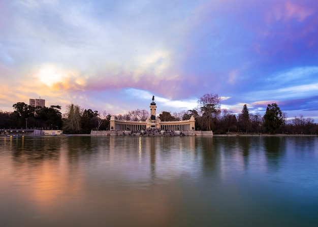 Fotografia krajobrazowa. parque del buen retiro. madryt. hiszpania widoki zachodu słońca.